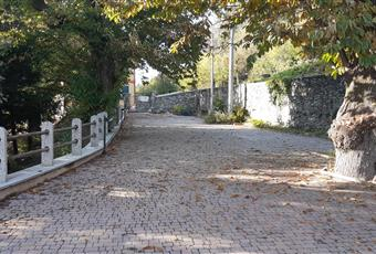 Parcheggio molto ampio, con cancello elettrico. Ingresso indipendente. La proprietà è cinta con mura di pietra. Piemonte VB Premeno
