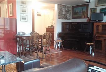 Il pavimento è di parquet, il salone è luminoso, divani in pelle, pianoforte, mobili in noce, pezzi di antiquariato. Lombardia MI Milano