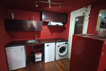 Il pavimento è di parquet, la cucina è piccola ma completa di lavastoviglie, lavatrice, frigorifero, piano ad induzione, cappa aspirante, lavello a 1 vasca con miscelatore, pensili, piano di lavoro, cassettiera. Lombardia MI Milano