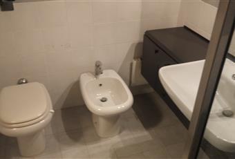 Il pavimento è piastrellato, cabina doccia in cristallo. Lombardia MI Milano