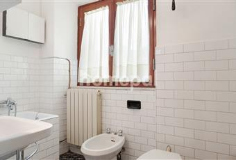 Bagno piastrellato con vasca e finestra Toscana PT San Marcello Piteglio