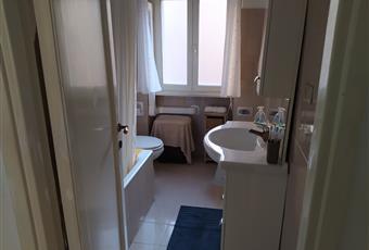 Il pavimento è piastrellato, il bagno è luminoso Lazio RM Roma