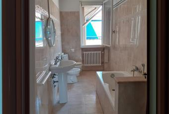 Il bagno è luminoso, il pavimento è piastrellato Emilia-Romagna RE Brescello