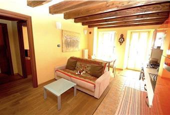 Il salone è luminoso, il salone è con travi a vista, il pavimento è di parquet Valle d'Aosta AO Aosta