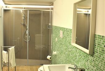 Il bagno è con , il pavimento è piastrellato Sicilia SR Avola
