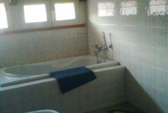 Il bagno è luminoso, il pavimento è piastrellato Lazio LT Minturno
