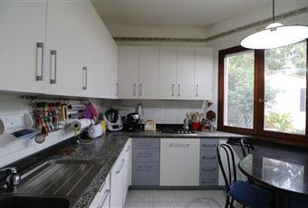 Il pavimento è piastrellato, la cucina è luminosa, dotata di finestra e porta finestra con ingresso al retro del giardino e ad una veranda coperta. I mobili sono in vero legno. La cucina è stata realizzata su misura dal falegname. Il ripiano e il tavolo sono in granito. Gli elettrodomestici sono recenti e di marca FRANK. Accessoriata con  Sardegna CA Capoterra