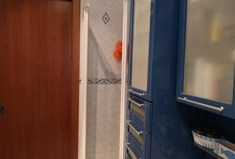 Il pavimento è piastrellato, le pareti piastrellate e decorate. Nonostante sia piccolo è dotato di tutto il necessario e così arredato: specchio, armadio, doccia con box doccia asciuga-capelli, lavandino, WC, finestra, vano per cosmetici, riscaldamento con radiatore ed elettrico, Asciugamani e tappeti, tenda. Sardegna CA Capoterra
