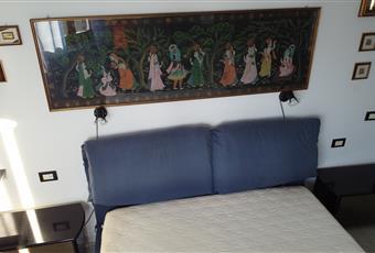 Dalla finestra si puö ammirare un splendido panorama campestre e si vede il mare. La stanza è arredata con: letto matrimoniale (200x160), cassettiera a 6 cassetti, specchio armadio a tre ante con specchio, 2 comodini, porta abiti, lenzuola, federe e coperte, quadri, tende. Sardegna CA Capoterra