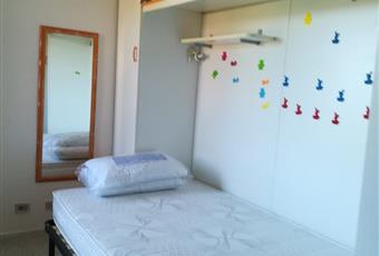La camera è luminosa, dalla finestra si vede il giardino e la strada interna. il pavimento è piastrellato. Ci sono tre posti letto. La camera è arredata con: letto da una piazza e mezzo (140x200), letto singolo 80 x 200, scrivania, armadio, sedia, soppalco, lenzuola, federe e coperte, tende. Sardegna CA Capoterra