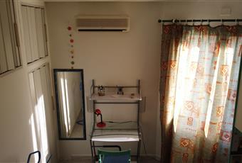 La camera è luminosa, dalla finestra si vede il giardino e le altre ville. Ha un ampio soppalco e un armadio a muro. Inoltre è arredata con: letto da una piazza e mezzo (140x200), letto singolo 80 x 200, scrivania, armadio, sedia, soppalco, lenzuola, federe e coperte, tende. Sardegna CA Capoterra
