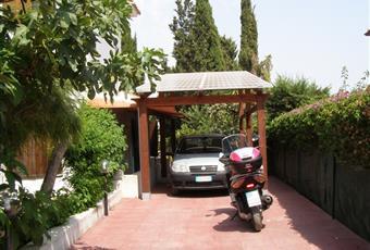 il posto macchina è molto spazioso e  ci stanno tre autovetture. Una parte del posto macchina è coperto dai pannelli fotovoltaici.  Sardegna CA Capoterra