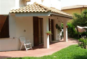 Veranda coperta antistante l'ingresso principale, con vista sul giardino.  Sardegna CA Capoterra