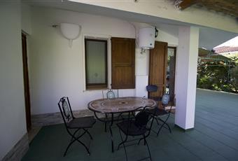 Una seconda veranda si trova nel retro della casa, con accesso diretto dalla cucina, attraverso la porta-finestra. E' arredata con un tavolo e 4 sedie con motivo a mosaico. Sardegna CA Capoterra