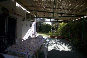 La terrazza è molto spaziosa, arredata con tavoli e sedie. La tettoia è molto fresca, realizzata in canne sarde.  Sardegna CA Capoterra