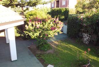 La villa è situata al centro del terreno di ampiezza complessiva di 500 mq. Tutto attorno alla casa vi è un giardino con alberi da frutto e ornamentali.  Sardegna CA Capoterra