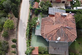 La villa si trova zona tranquilla e silenziosa. E' dotata di pannelli solari e pannelli fotovoltaici con notevoli risparmi energetici. L'utenza idrica ed elettrica è stata certificata recentemente. Esiste un impianto di osmosi, potabilizzazione dell'acqua, con notevole risparmio sull'acquisto di acqua minerale.  Sardegna CA Capoterra