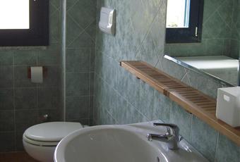Il pavimento è piastrellato, il bagno è luminoso Sardegna SS Valledoria