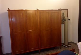 La stanza è luminosa ed interamente arredata con balcone, wifi e presa tv. L'armadio è ampio e quindi la rende ideali anche per lunghi soggiorni. Il bagno, la cucina e soggiorno sono condivisi ma in modo equilibrato per la presenza di due bagni in casa e di ampi contenitori.  Puglia BA Bari