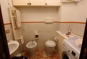 Il bagno è luminoso, il pavimento è piastrellato Lombardia LO Borghetto Lodigiano