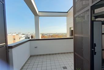 Il pavimento è piastrellato al etrrazzo al piano e flottante nel terrazzo grande sopra Lombardia MI San Donato Milanese