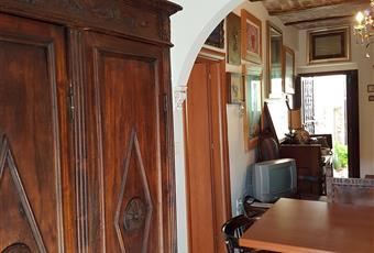 Il pavimento è piastrellato, il salone è luminoso, il salone è con travi a vista Abruzzo PE Loreto Aprutino