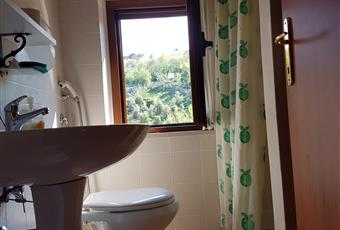 Il bagno è luminoso, il pavimento è piastrellato Abruzzo PE Loreto Aprutino