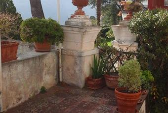 Terrazzo con vista sul verde delle colline che circondano il borgo di Villa Faraldi e sul mare Liguria IM Villa Faraldi