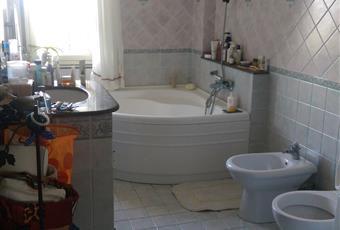 Bagno grande e luminoso, con vasca ad angolo e zona lavanderia Sicilia ME Barcellona pozzo di Gotto