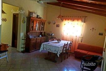 Il salone è con soffitto a volta, il pavimento è piastrellato Sicilia SR Avola