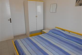 stanzetta luminosa con ampio finestro, armadio a 2 ante, scarpiera,comodino e letto matrimoniale Puglia LE Castrignano del capo