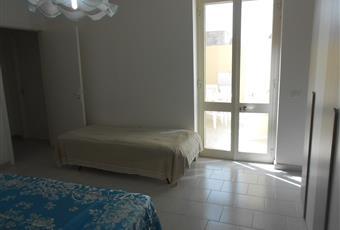 stanza da letto molto luminosa con armadio a 2 ante, como, comodini e letto matrimoniale Puglia LE Castrignano del capo
