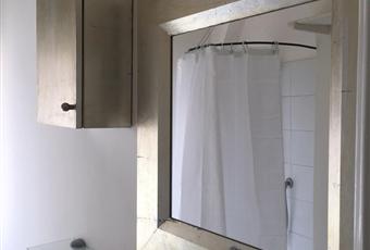 Bagno con ampia finestra. Doccia e lavatrice. Arredobagno con scaldasalviette Piemonte AT Asti