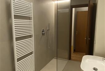 Il bagno è ampio con doccia a filo pavimento, sanitari, spazio per lavatrice ed eventuale asciugatrice e piani per asciugamani e cosmetici Emilia-Romagna FE Bondeno