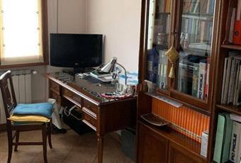 Il salone è luminoso, il pavimento è piastrellato Toscana PO Prato
