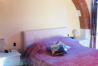 La camera è luminosa, il pavimento è di cotto fatto a mano, è presente tenda oscurante elettrica Toscana PO Prato