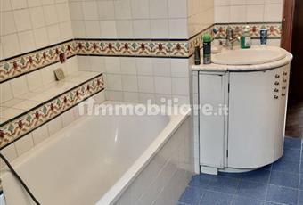 Bagno con vasca, comodo e luminoso, piastrelle di Vietri Campania BN Benevento