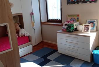 La camera dei bambini è su misura con 2 letti, il pavimento è di parquet e le pareti hanno cappotto interno sulle facciate esposte Veneto BL Domegge di Cadore