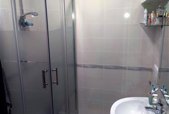 Il bagno è luminoso, il pavimento è piastrellato Puglia BA Bari