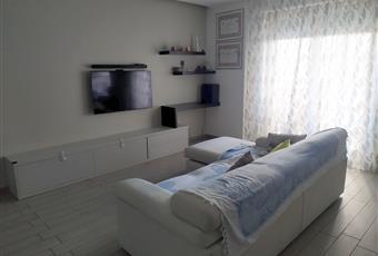 Il pavimento è di parquet, il salone è luminoso Puglia BA Bari