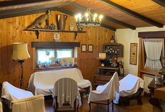 Il pavimento è piastrellato, il salone è con camino, luminoso, soffitto a volta Abruzzo AQ Rocca di botte