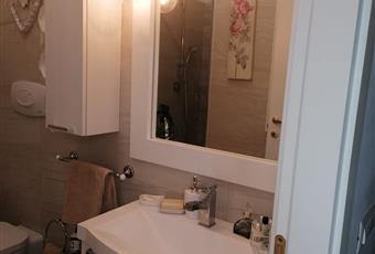 Il bagno è luminoso, il pavimento è piastrellato Lazio RM Marino