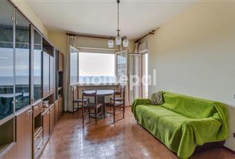 tinello con  cucinino ampiabile, con vista mare di finestra e porta finestra adiacenti e aperti sulla terrazza Liguria IM Riva ligure