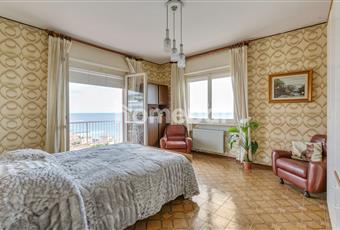 Camera 1  grande stanza da letto con doppia esposizione e uscita sul grande terrazzo angolare. l'esposizione e a sud ovest, pertanto si vedono splendidi tramonti  Liguria IM Riva ligure