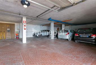 Al piano terra si accede ai garage con posti auto ampi, che contengono sia una scafalatura che una moto e macchina. Liguria IM Riva ligure