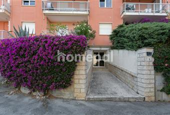 ingresso del condominio. Il condominio e in una zona molto verde con grandi alberi quindi lontano dal caos . Liguria IM Riva ligure