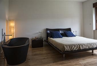 Il pavimento è di parquet, la camera è luminosa con vasqua da bagno all'interno Calabria CS Castrolibero