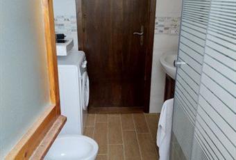 Il pavimento è piastrellato, il bagno è luminoso Lazio FR Serrone