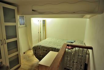 letto matrimoniale su soppalco in legno e armadio guardaroba -  finestra a due ante 90x70 con grate e zanzariera Lazio RM Roma