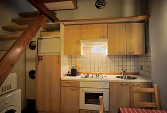 Cucina abitabile, nel sottoscala lavatrice, microonde e armadio ripostiglio con scaldabagno elettrico -  finestra ad un'anta 45x70 con grate e zanzariera Lazio RM Roma
